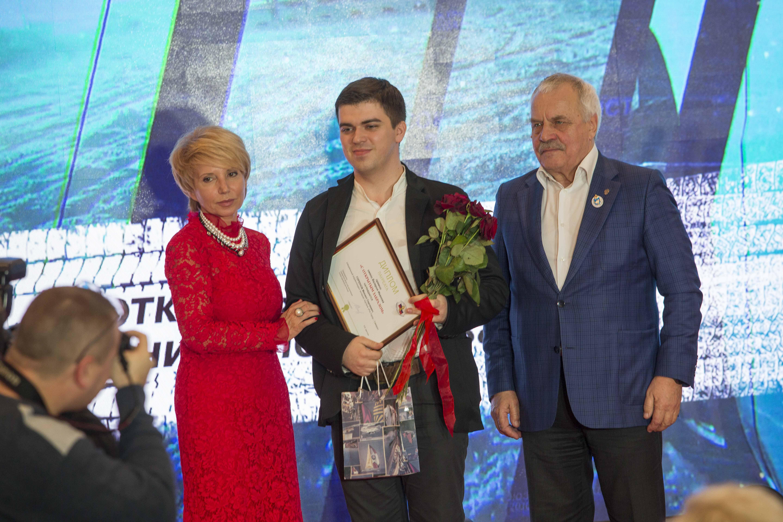 Михаил Горюнов получает премию «С открытым забралом» имени Валерия Иванова