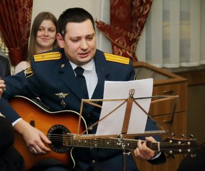 Гимн Самарских журналистов исполняет Алексей Халитов