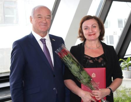 Вручение Почетной грамоты Елене Гураевской