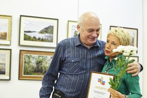 Валерий Афанасьев получает награду