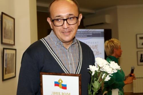 Дмитрий Недыхалов получает награду