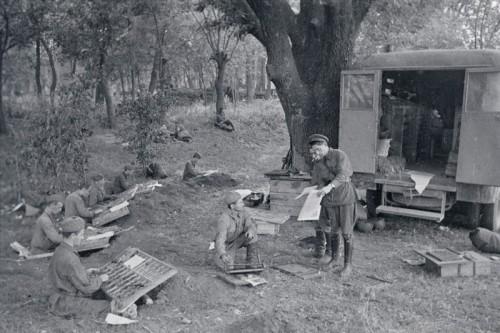 Работники типографии армейской газеты «Защитник Родины» за выпуском очередного номера в полевых условиях. Южный фронт, июль 1941 г. Автор фотографии: Зельма